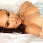 Melanie-Iglesias-hot-blue-bra