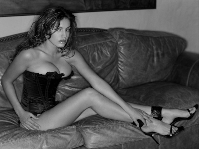 Kelly-Brook-Sexy-Black-Corset-hot