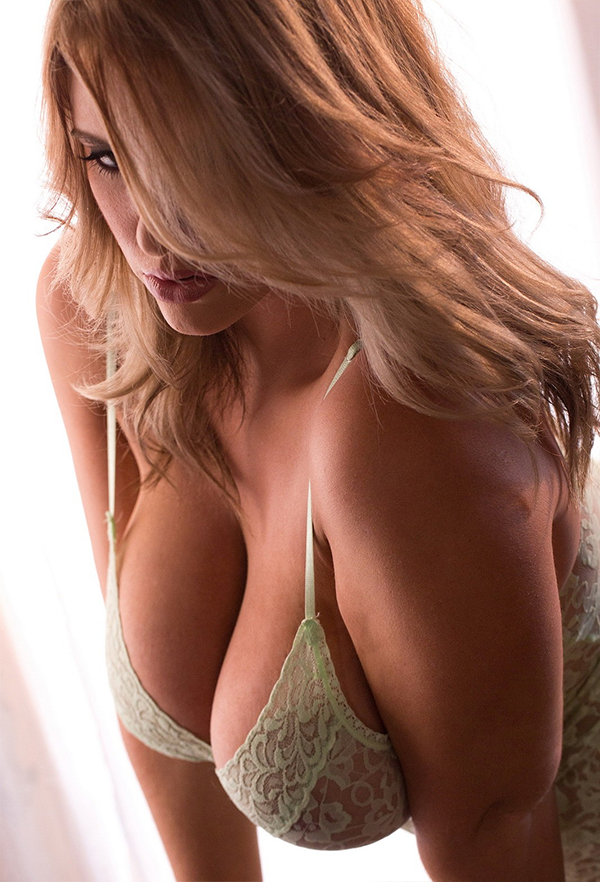 dekolte-golaya-foto-semka-video-zhenskogo-orgazma-iznutri
